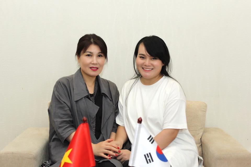 Giảng viên Đỗ Hằng Nga cùng chuyên gia làm đẹp Hàn Quốc