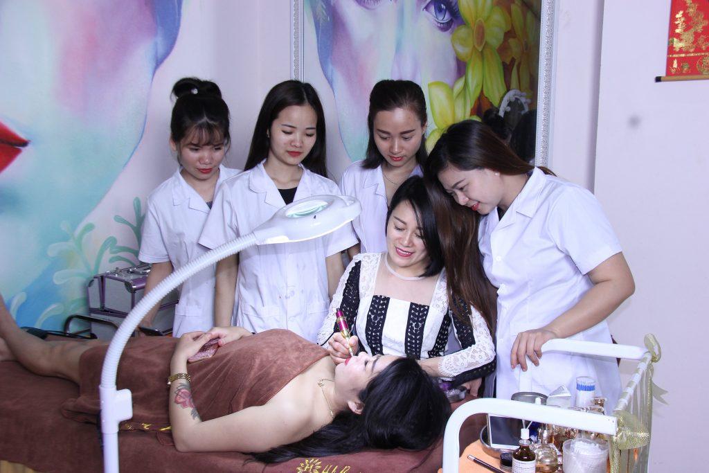 Thuỷ Heli hướng dẫn học viên phun môi