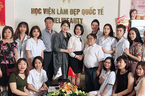 Các học viên được trải nghiệm với các chuyên gia làm đẹp đến từ Hàn Quốc