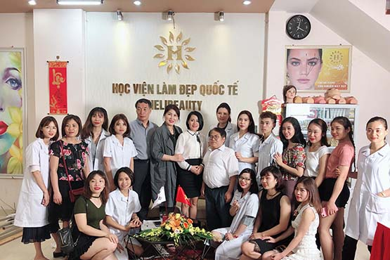 Thuỷ Heli với chuyên gia làm đẹp Hàn Quốc và các học viên