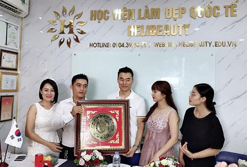 Helibeauty trao tặng ký niệm cho chủ tịch IGBEA Han-Bok-Hee
