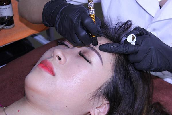 Kỹ thuật phun xăm phủ bột lông mày siêu vi chạm