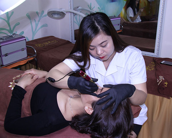 Học viên thực hành kỹ thuật phun xăm lông mày tại Helibeauty