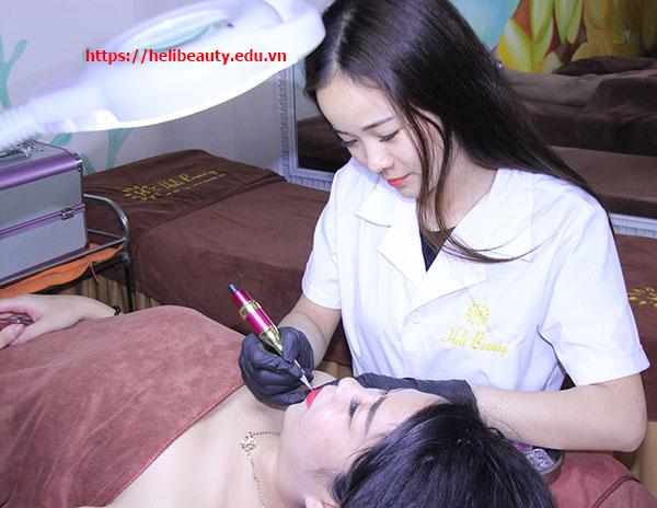 Học viên thực hành kỹ thuật phun xăm môi tại Helibeauty