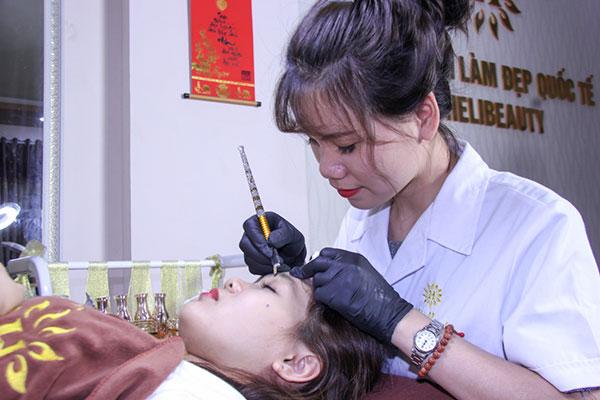 Học viên học điêu khắc lông mày tại Helibeauty luôn được thực hành trên mẫu thật