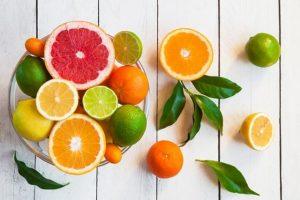 Nên bổ sung các loại trái cây giàu vitamin để môi lên màu đều và đẹp hơn