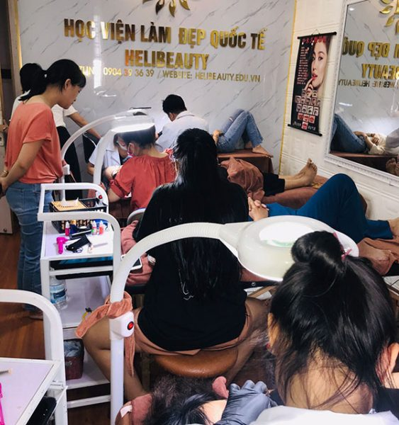 Học viên thực hành phun môi tại Học viên làm đẹp Quốc tế Helibeauty