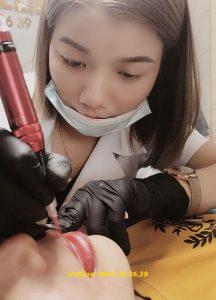 Học viên thực hành phun xăm môi trên mẫu thật tại Học viện làm đẹp Quốc tế Helibeauty
