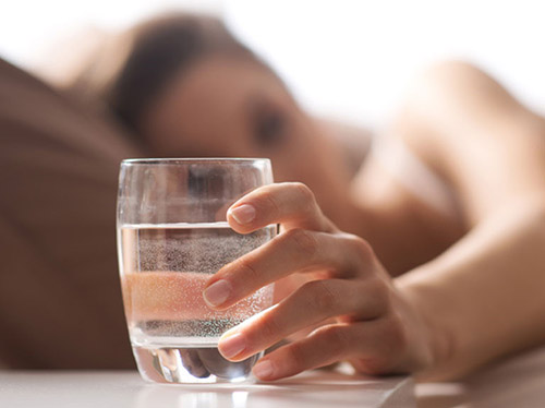 Không uống trực tiếp nước sau phun xăm